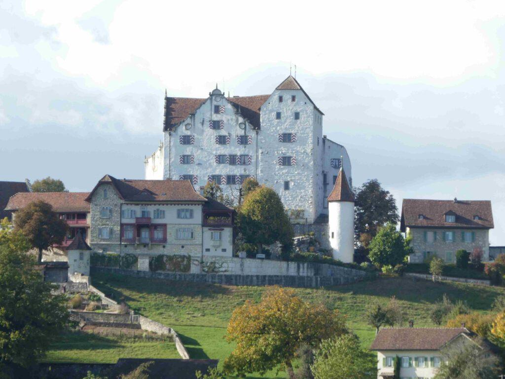 Dieses Bild hat ein leeres Alt-Attribut. Der Dateiname ist Schloss-Wildegg-1024x768.jpg